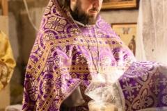 Проскомидия в Александро-Невском храме Красноармейска, отец Артемий вынимает частички из просфор за живих и усопших